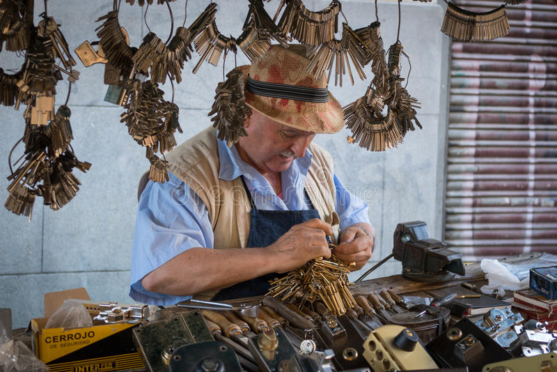 Serrurier d'EL Rastro et ses outils photo libre de droits
