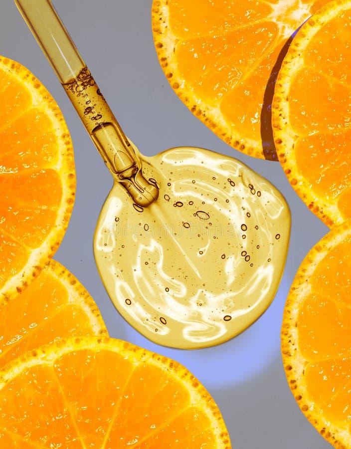 Serum z pipetą na ekranie mikroskop obrazy royalty free