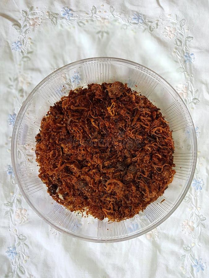 Serundeng het daging, gebraden rundvlees met kruidig sauteed geraspte kokosnoot stock foto's