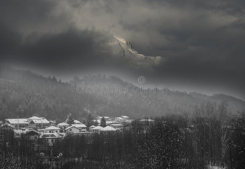 Serva góra otaczająca mgłą zdjęcie stock