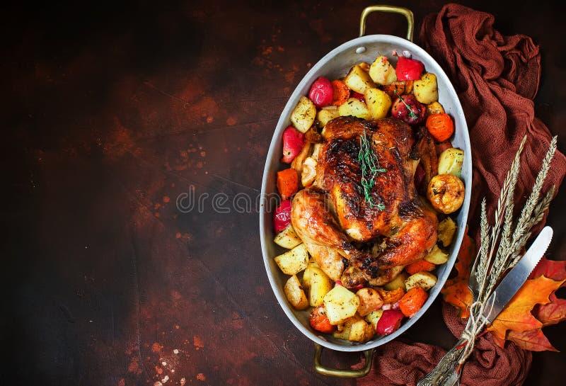 Served зажарило в духовке благодарение Турцию с овощами на коричневой деревенской предпосылке стоковые фотографии rf