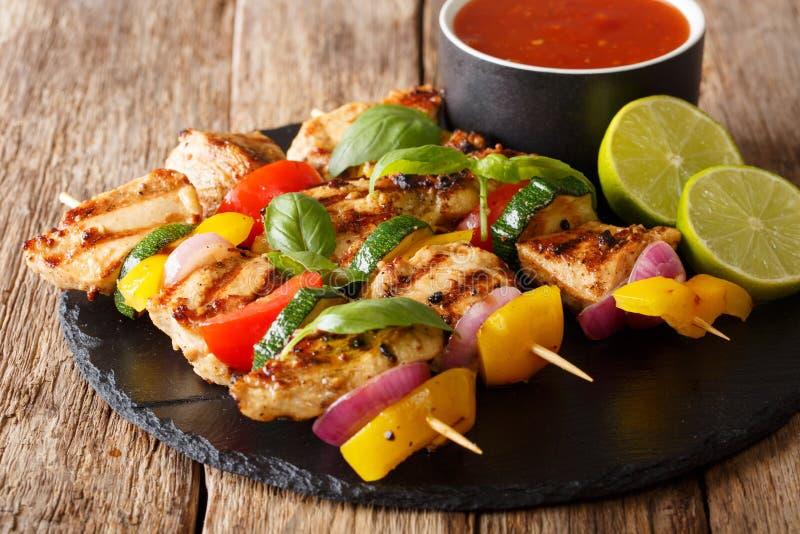 Served grillade fega kebabsteknålar med grönsaker med sås, arkivbild