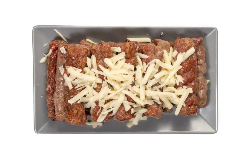 Served ha fritto i kebab sul barbecue con formaggio grattugiato immagini stock