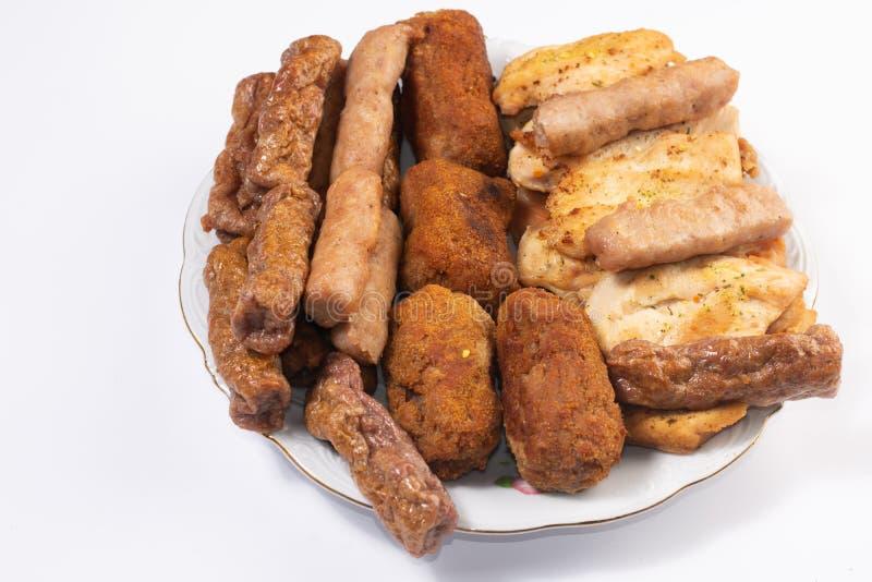 Served a mélangé le plat de viande à de la viande et aux saucisses de poulet de chiches-kebabs photo stock