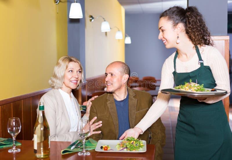 Serveerster die hogere klanten dienen stock fotografie
