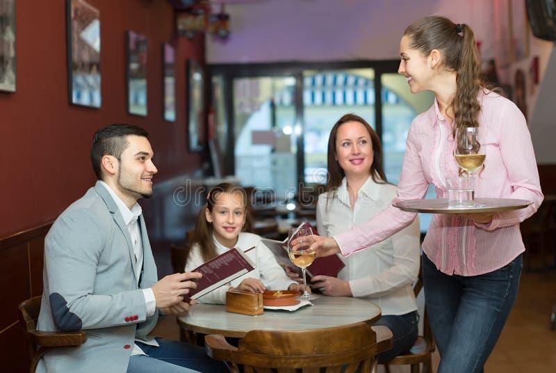 Serveerster die lijstorde nemen bij koffie royalty-vrije stock afbeelding