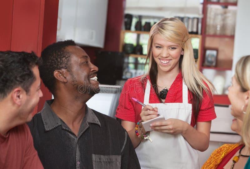 Serveerster die Orden nemen bij Koffie stock foto's