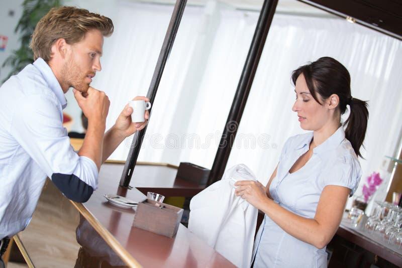 Serveerster dienende koffie bij koffiewinkel aan cliënt royalty-vrije stock foto