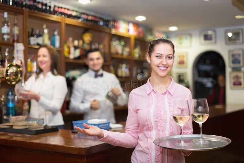 Serveerster en barmannen het werken royalty-vrije stock fotografie