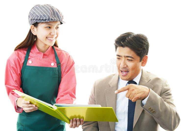 Serveerster en klant stock foto's