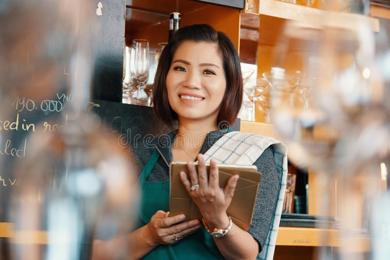 Serveerster met digitale tablet stock foto's