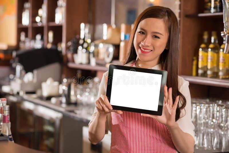Serveerster met tablet stock afbeeldingen