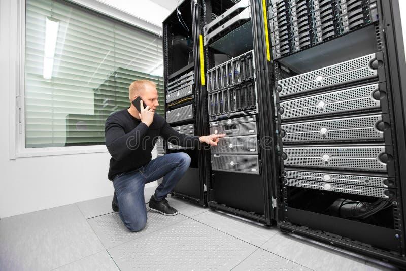Server di monitoraggio di Using Smartphone While del consulente in Datacent fotografia stock