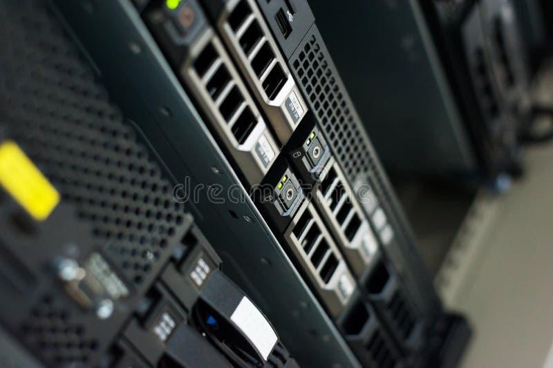 Server di rete nella stanza di dati immagine stock