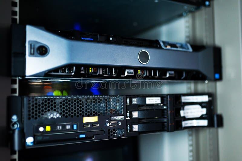 Server di rete nella stanza di dati fotografie stock