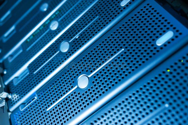 Server di rete nella stanza di dati immagini stock