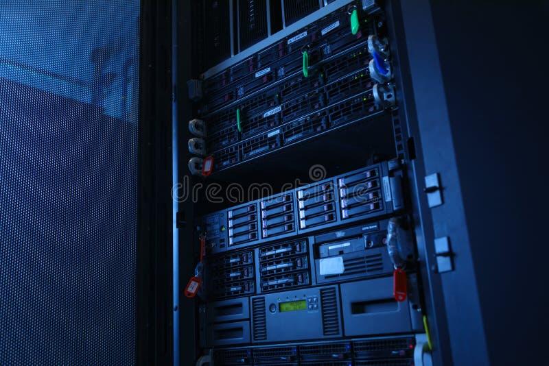 Server di rete nella stanza domestica della stanza di dati fotografia stock