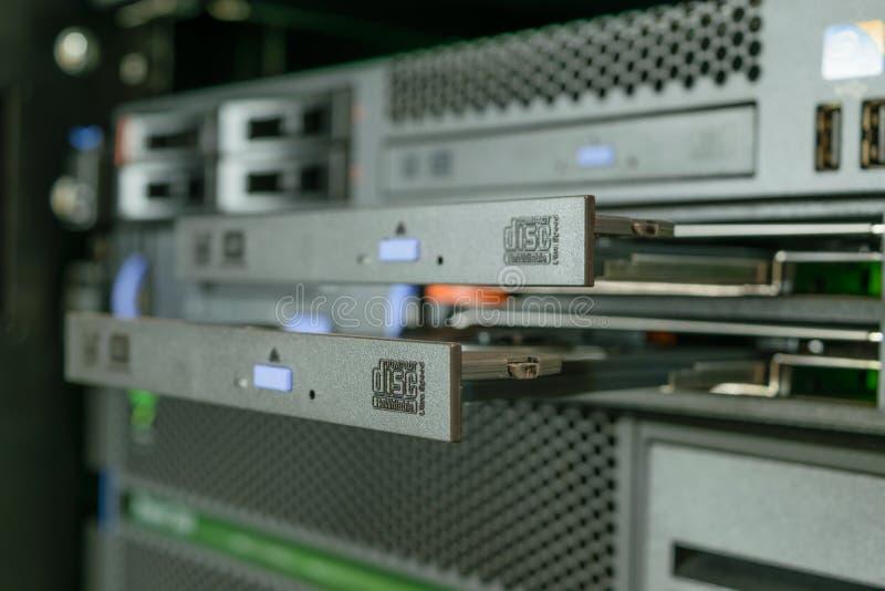 Server en CD of DVD-aandrijving royalty-vrije stock foto's