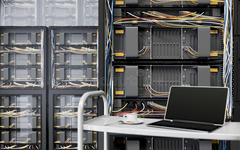 Server und Hardware-Raum mit Notizbuch- und KaffeetasseComputertechnologie-Nahaufnahmefoto lizenzfreies stockfoto