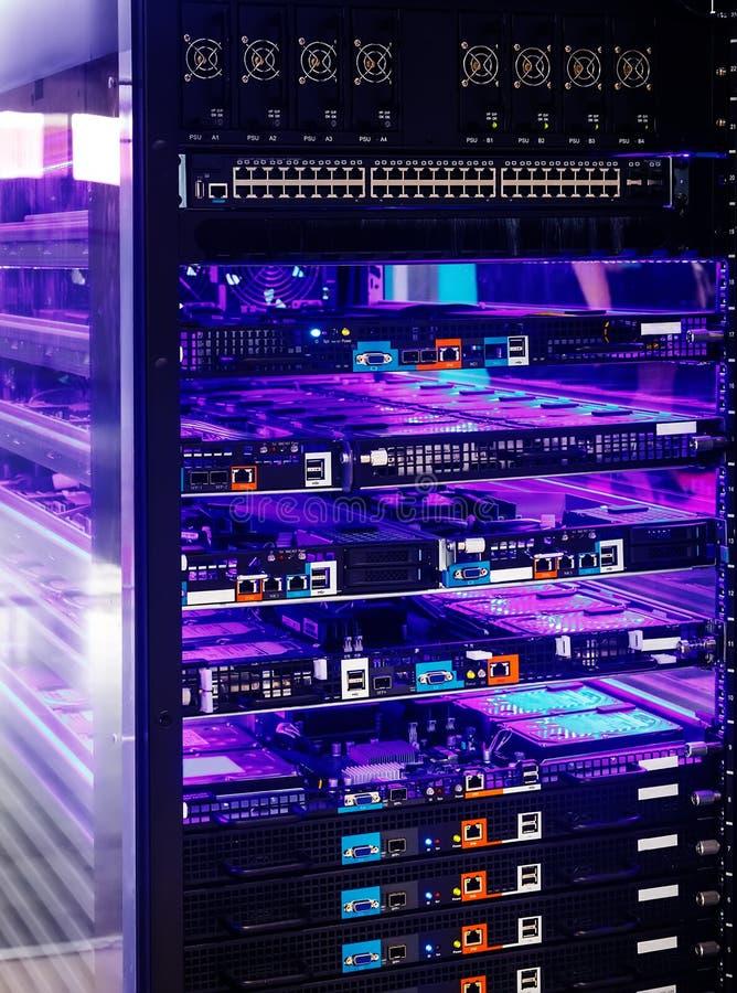 Server- und Scheibenreihe nach innen mit blauer Hintergrundbeleuchtung lizenzfreies stockfoto