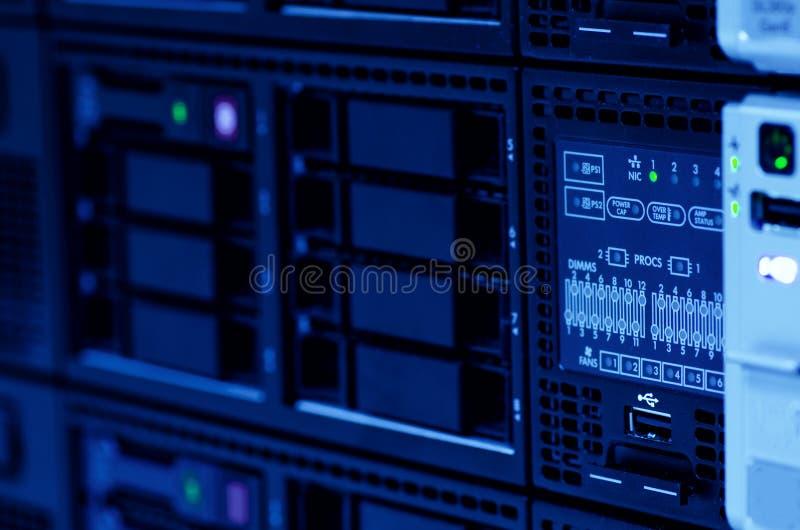 Serverbunt med hardrive i datorhallen arkivfoto