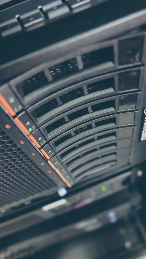 Serverhårddiskrad på Kugge-monteringen arkivbilder