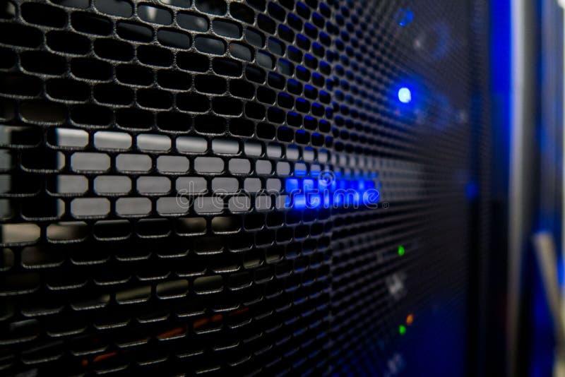 Serverkugge med serveror och kablar Serverkuggar, serverrum arkivfoto