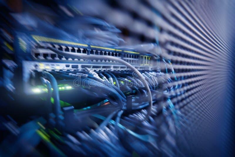 Serverkugge med serveror och kablar Serverkuggar, serverrum arkivbild