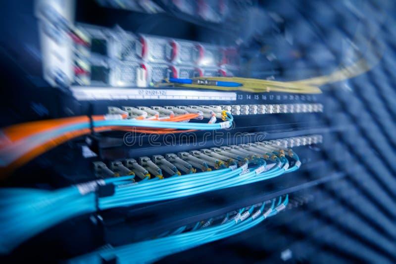 Serverkugge med serveror och kablar Serverkuggar, serverrum royaltyfria bilder
