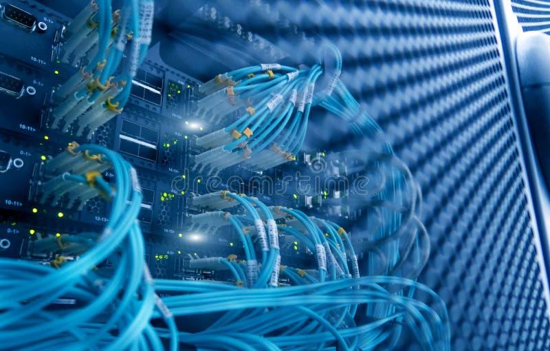 Serverkugge med serveror och kablar Serverkuggar, serverrum arkivfoton