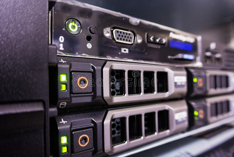 Serveror i ett datorhallrum royaltyfria foton