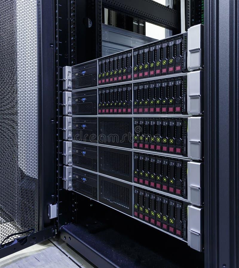 Serveror staplar med hårddiskar i datacenter för reserv- och datalagring royaltyfri bild