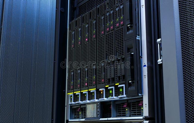 Serveror staplar med hårddiskar i datacenter för reserv- och datalagring arkivfoton