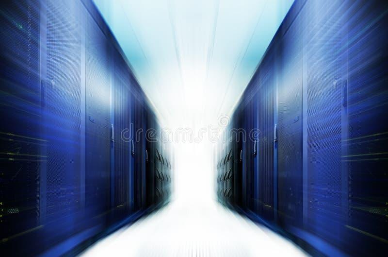 Serverraum mit moderner Ausrüstung in der Rechenzentrumunschärfe und -bewegung lizenzfreie stockfotos