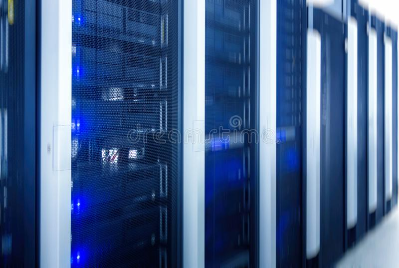 Serverruimte Web Internet en de technologie van de netwerktelecommunicatie, grote gegevensopslag en wolk de dienstzaken van de ge stock foto