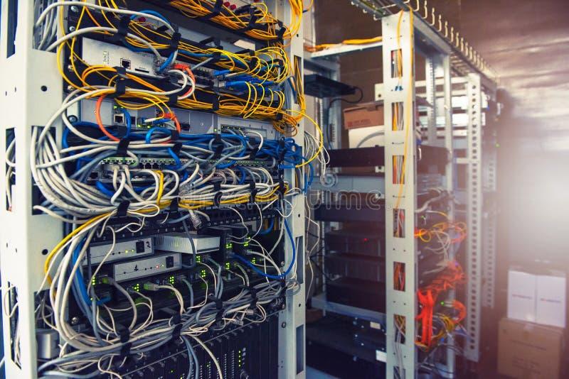 Servers in serverruimte royalty-vrije stock foto's