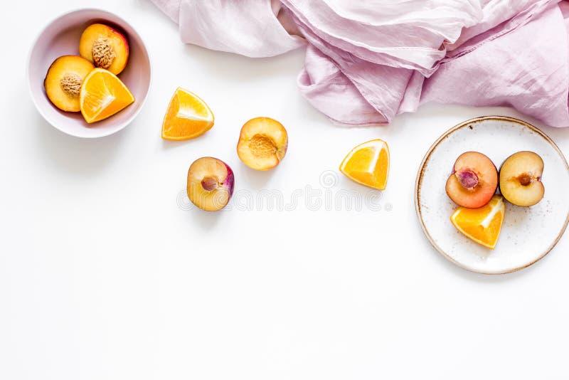 Servet, besnoeiingsperzik en sinaasappel voor exotisch fruit op wit achtergrond hoogste meningsmodel royalty-vrije stock afbeelding