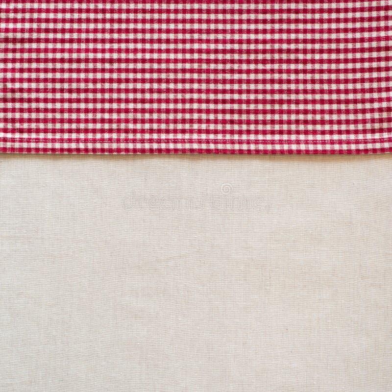 Servet van de de Stijl het Rode en Witte Gecontroleerde Doek van het land langs kant van van Wit Linnentafelkleed als lege Achter stock afbeeldingen