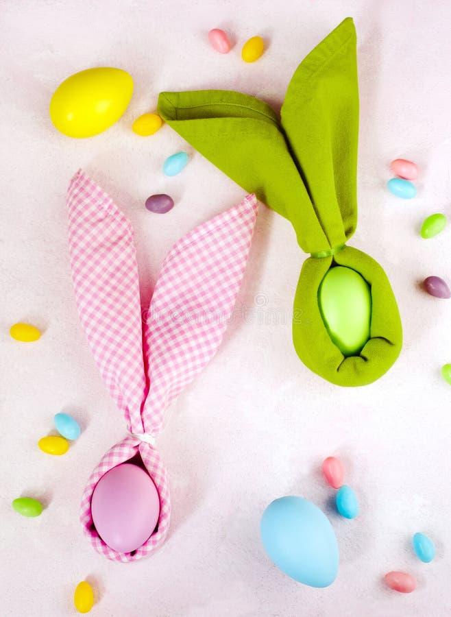 Servetpaashaas, decoratieeieren en Pasen-suikergoed stock fotografie