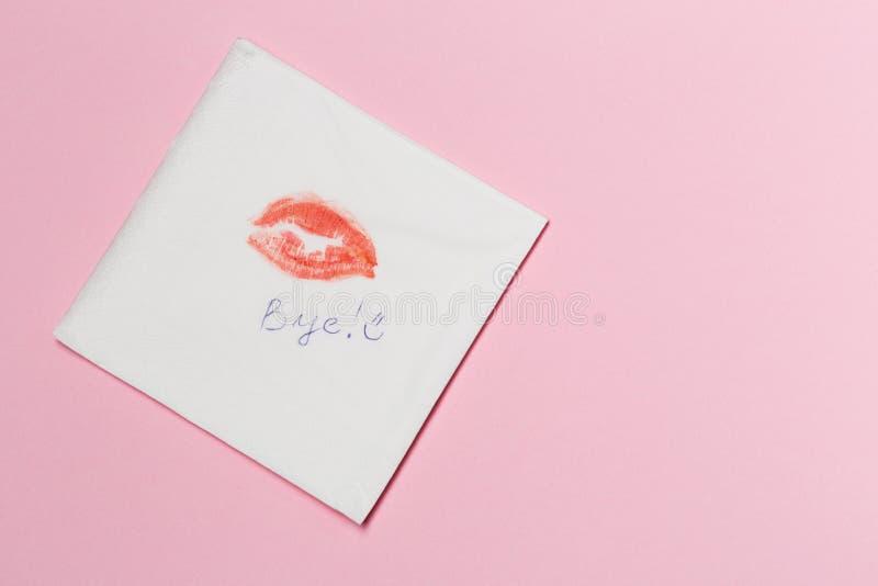 Servett med en kyss på rosa bakgrund arkivfoton
