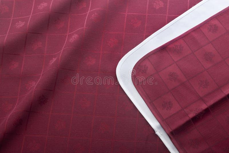 Servett på den röda bordduken royaltyfri fotografi