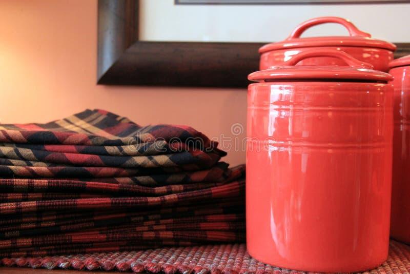Servetten en rode potten stock afbeelding