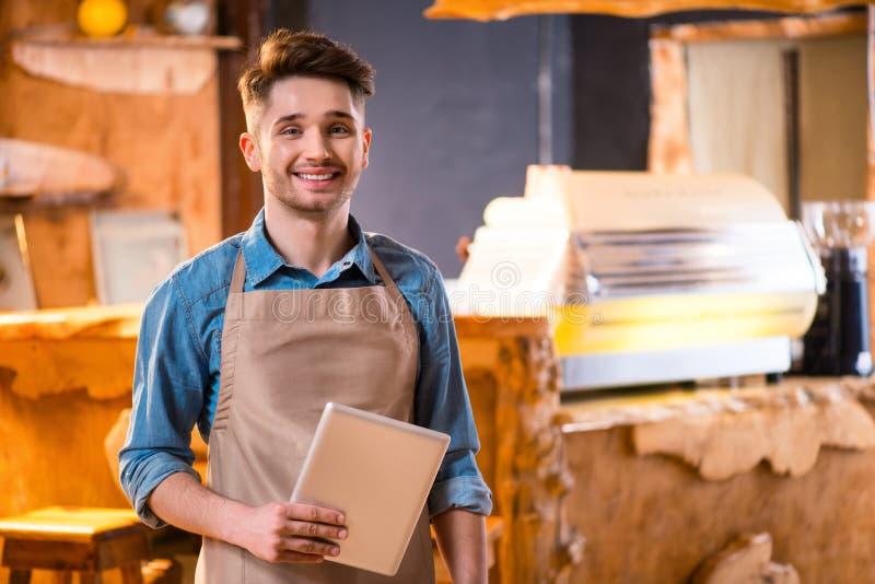 Serveur agréable travaillant dans le café photos stock
