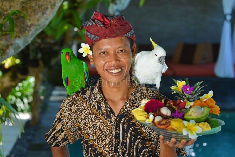 Serveur asiatique avec un plateau des fruits tropicaux images stock
