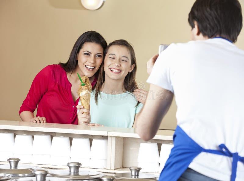 Serveur Photographing Happy Mother et fille avec la crème glacée  photo libre de droits