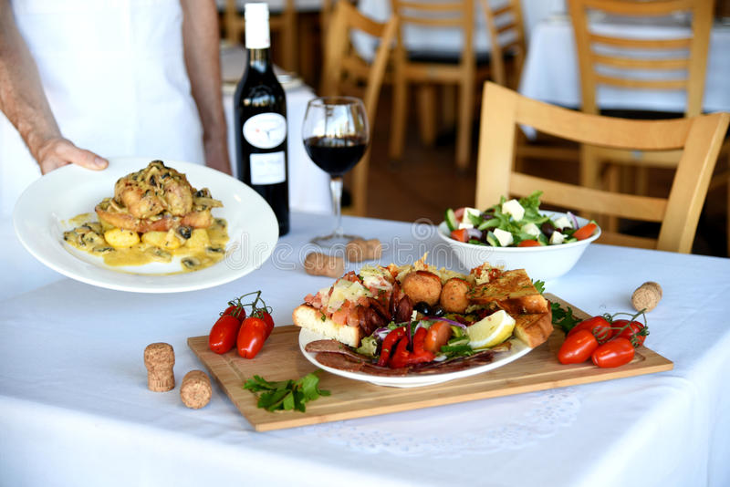 Serveur portant les plats au restaurant photo libre de droits