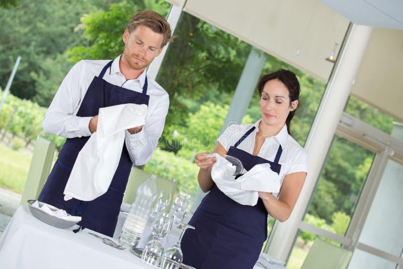 2 serveurs installant des tables de restaurant photo stock