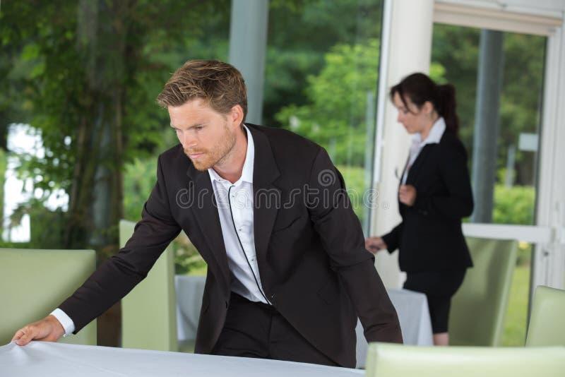 Serveurs préparant des tables au restaurant images stock