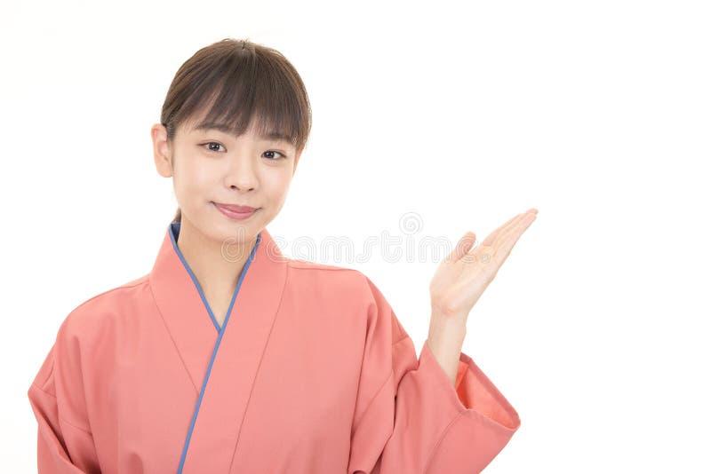 Serveuse asiatique de sourire photo stock