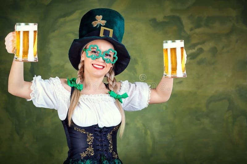 Serveuse de fille oktoberfest dans le costume national avec une tasse de bière images stock